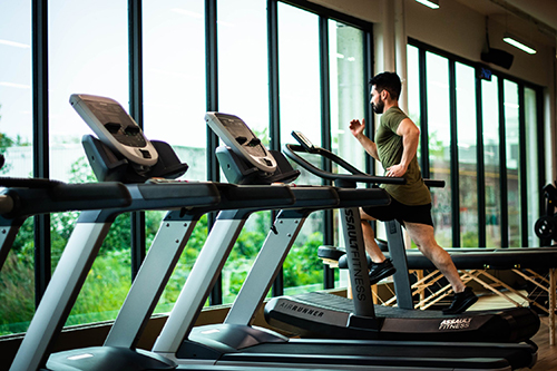 man on treadmill staying motivated